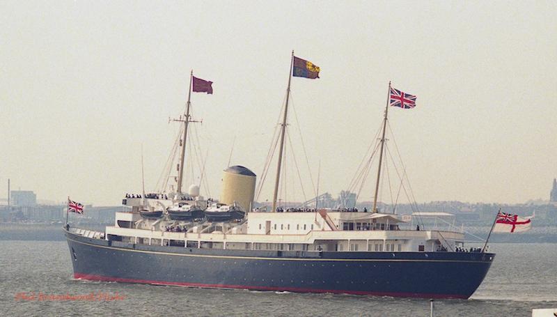 Королевская яхта Британия в море